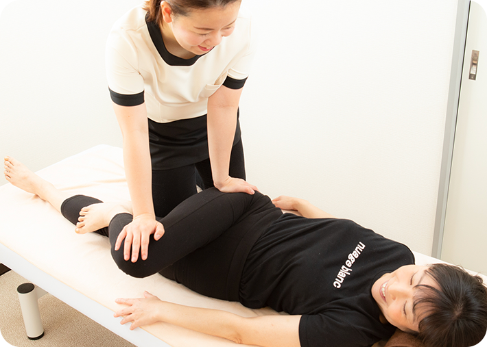 お尻の筋肉を緩める整体をおこなうことで、骨盤の歪みを整えます。