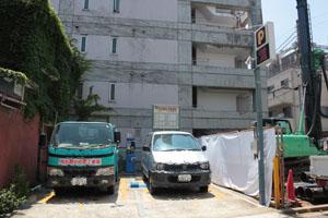 先ほどの一つ目の角を曲がらずに直進したところにも駐車場がございます。