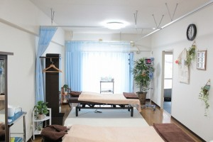 落ち着いた雰囲気の院内。 ひとつひとつの治療空間を広く取っております。