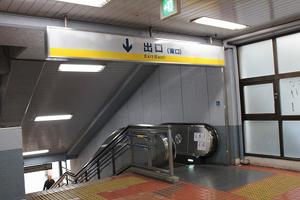 京急改札を出たら東口の階段を降ります