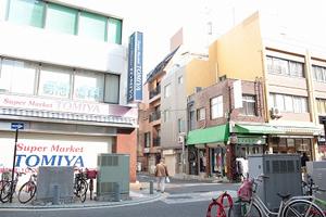 十字路に出るので、スーパーマーケット TOMIYAさんの横の道に入ります