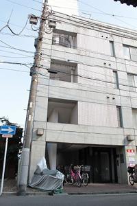 この建物の2階の202号室が当院です