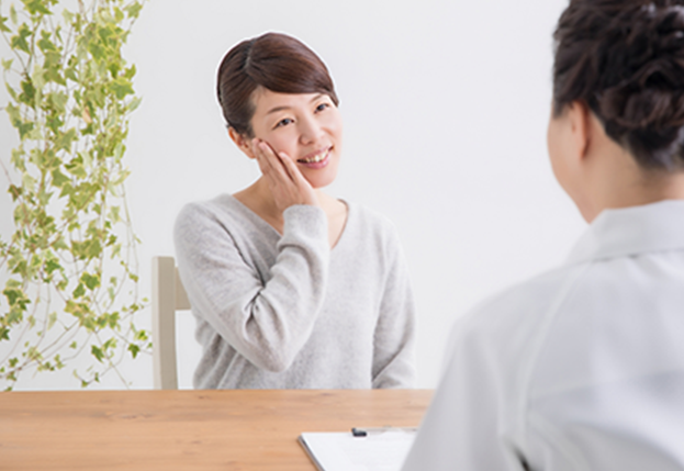 美容鍼初診の問診の様子